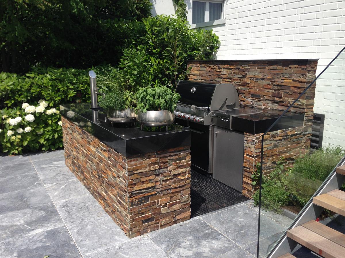 Grillplatz, große Außenküche, Gartentisch, Brunnen aus Naturstein